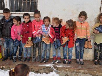 Karda çamurda okula giden çocukları sevindiriyoruz.